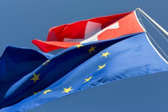 A hoisted EU and Swiss flag fly in the wind in Zuerich, Switzerland, on May 18, 2015. (KEYSTONE/Gaetan Bally) Eine gehisste EU und Schweizer Fahne flattern im Wind, aufgenommen am 18. Mai 2015 in Zuerich. (KEYSTONE/Gaetan Bally)