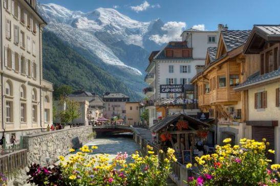 France Alpes Haute Savoie 74 massif du mont Blanc, Chamonix mont Blanc les quais de l'Arve au crépuscule et le mont Blanc